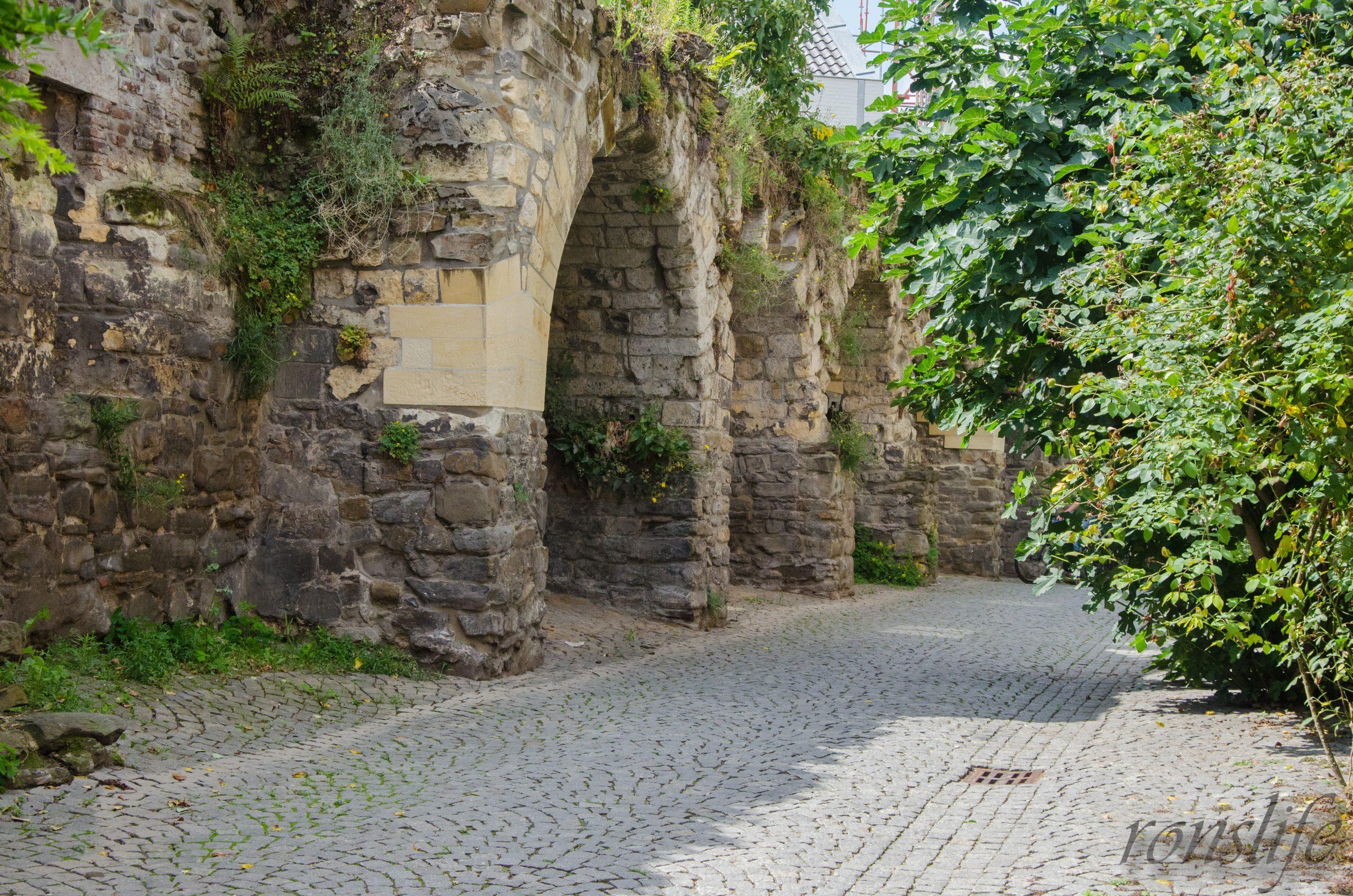 De middeleeuwse stadsmuur aan het Klein Grachtje in Maastricht