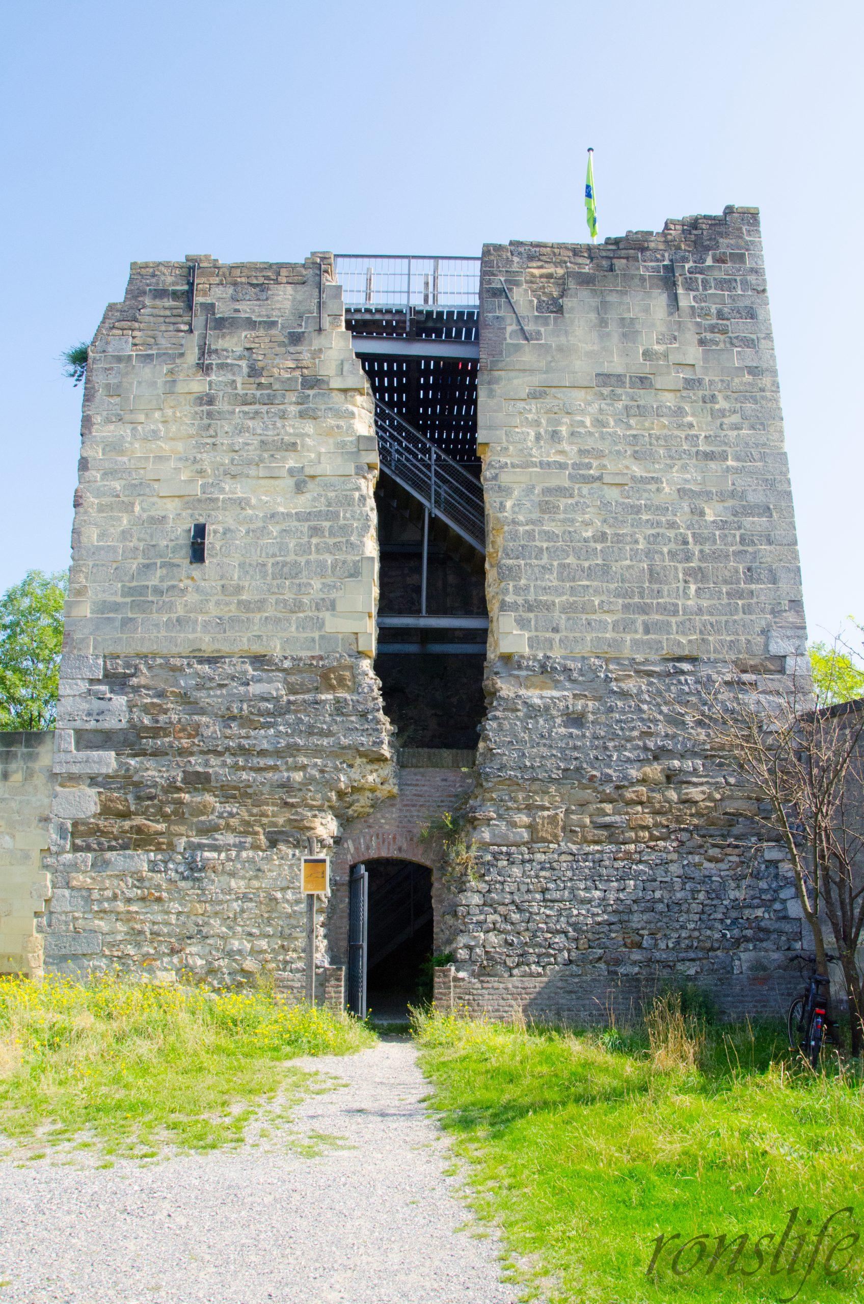 De vervallen toren bij Kasteel Ruine/Hoeve Lichtenberg Maastricht