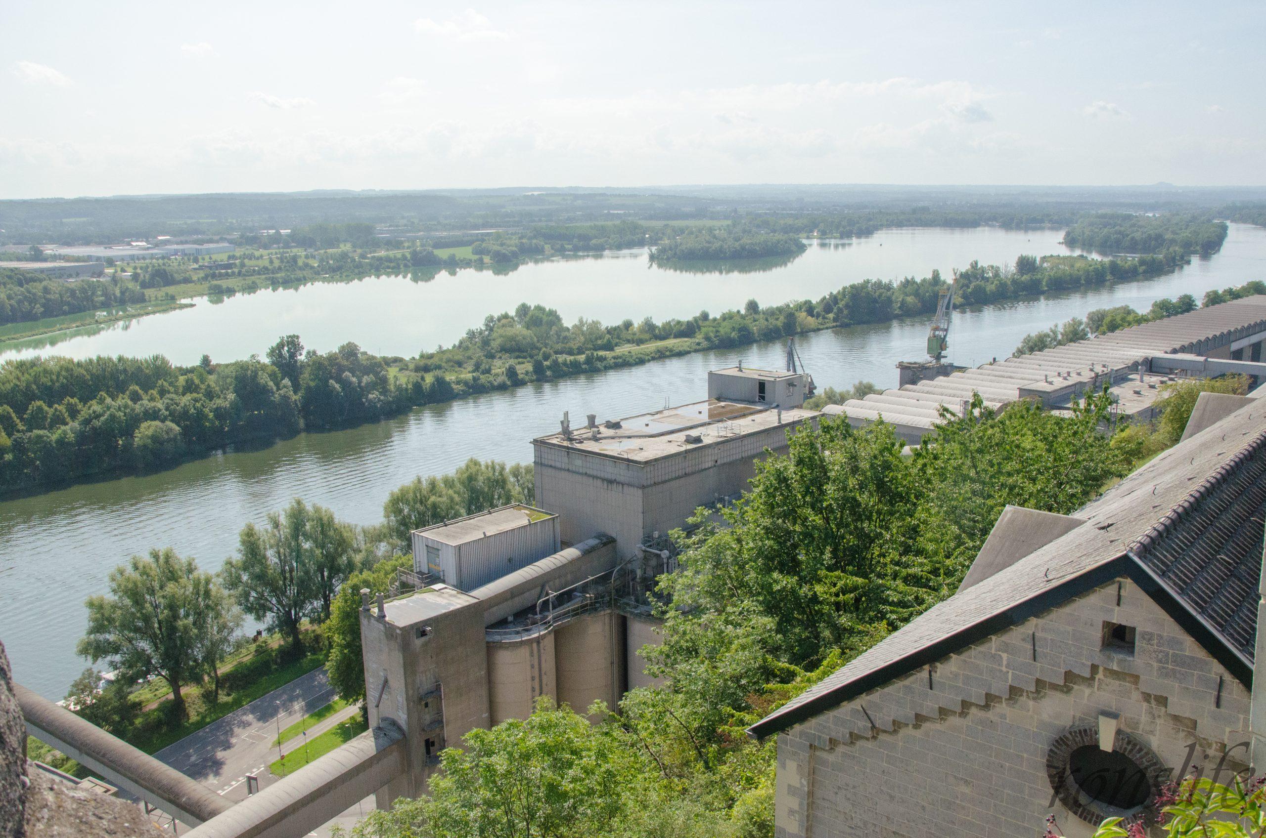 Uitzicht vanaf de toren op de Maas richting België
